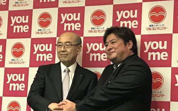 記者会見したイズミの山西社長(左)とマルヨシセンターの佐竹社長(12日、高松市)