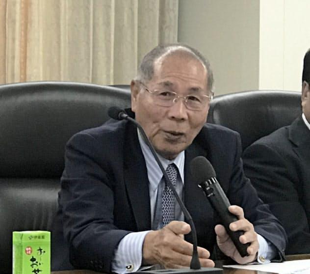 記者会見する浜松商工会議所の大須賀正孝会頭