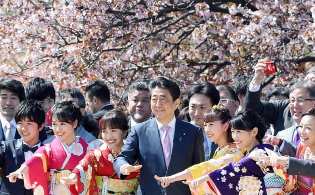 「桜を見る会」20年は中止 首相「私の判断」