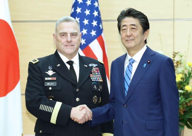 会談を前にミリ-米統合参謀本部議長(左)と握手する安倍首相(12日、首相官邸)