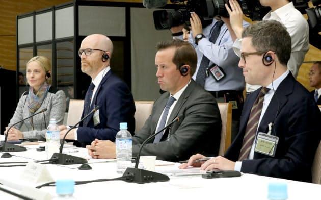 デジタル市場競争会議のヒアリングに出席したGAFAの担当者ら(12日、首相官邸)