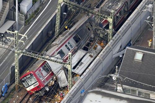 京浜急行の神奈川新町―仲木戸間の踏切で、トラックと電車が衝突した事故現場(5日午後2時44分、横浜市神奈川区)=共同通信社ヘリから