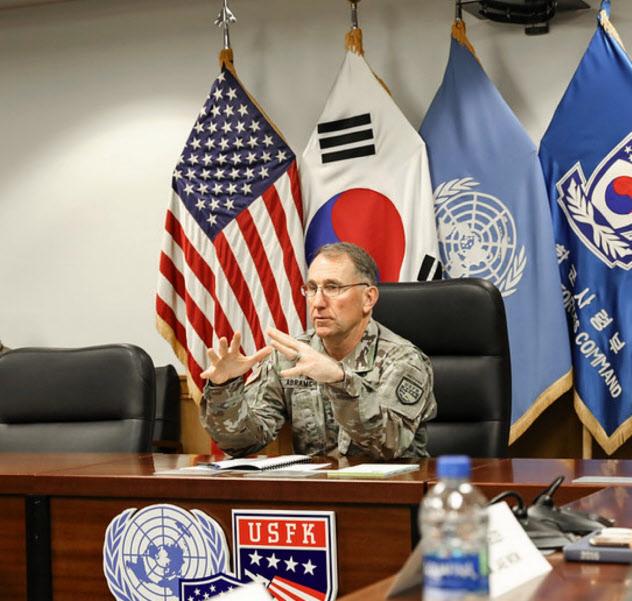 記者会見するエイブラムス在韓米軍司令官(12日、韓国・平沢市)=在韓米軍提供