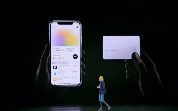 アップル独自のクレジットカードの機能を発表する同社幹部(3月25日、カリフォルニア州)