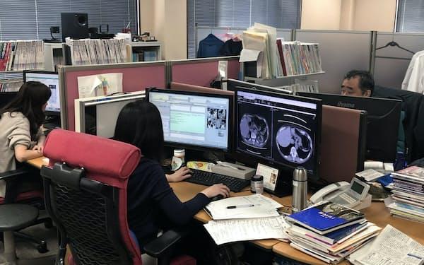 全国各地で撮影された画像を遠隔で読影する医師たち(広島市のエムネス本社で)