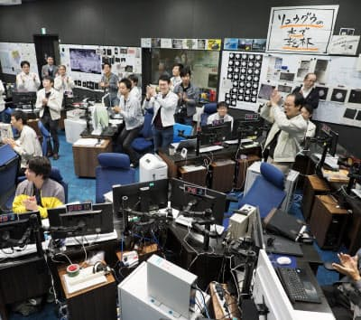探査機はやぶさ2が小惑星りゅうぐうを出発したことを確認したときのJAXA管制室(相模原市)=JAXA提供