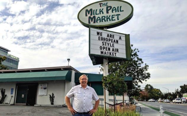 閉店したミルクペールの前に立つ店主のラスムセン氏(米カリフォルニア州マウンテンビュー市)