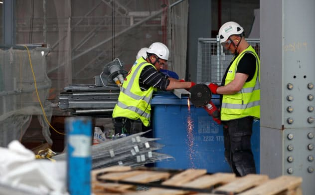 賃金の伸びが低く、生活が苦しいから仕方なく働くという人は英国でも多い=ロイター