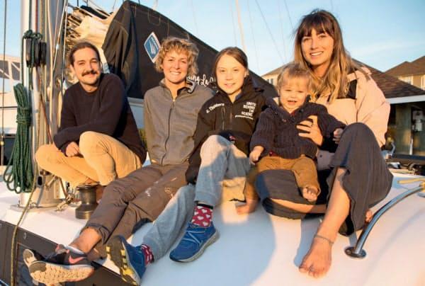 支援者のヨットに乗るグレタさん(中央、グレタさんのツイッターより)=ロイター