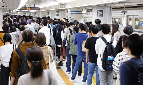 混雑する名古屋市営地下鉄東山線の名古屋駅