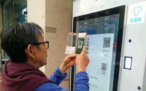 自動販売機で薬品を購入し、電子決済で支払い(薬便利提供)