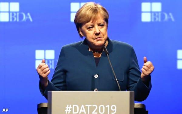 12日、ベルリンで講演するメルケル独首相=AP