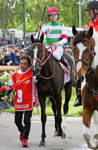 コックスプレートで優勝したダミアン・レーン騎手とリスグラシュー(左)=共同