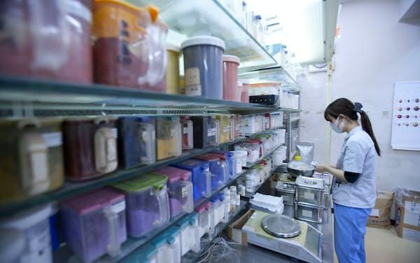 日本色材の研究施設(東京・港)には顔料がずらりと並ぶ。技術職は色の識別テストに合格しなければ入社できない