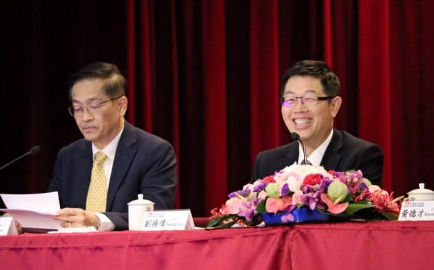 決算会見する鴻海の劉揚偉董事長(右)(13日、台湾・新北)