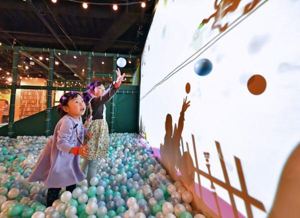 「モーリーファンタジー」で遊ぶ子供たち(13日、大阪市)