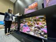 アイリスオーヤマが11月から販売する「音声操作 4K対応液晶テレビ」(13日午後、東京都港区)