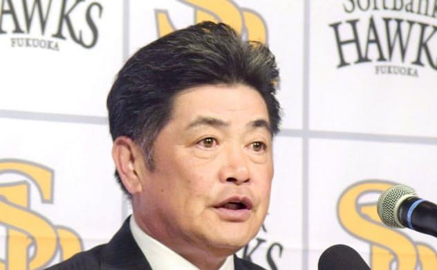 正力松太郎賞を受賞し、記者会見するソフトバンクの工藤監督(13日、宮崎市)=共同