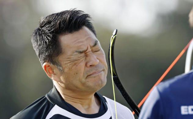 東京五輪代表1次選考会で、渋い表情の山本博。6度目の五輪出場を逃した(13日、夢の島公園アーチェリー場)=共同