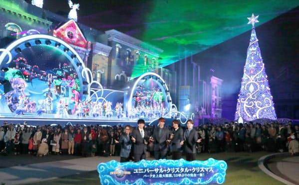 関ジャニ∞のメンバーが登場し開かれたユニバーサル・スタジオ・ジャパンで始まる新しいクリスマスイベントとナイトショーの開幕セレモニー(13日、大阪市此花区)