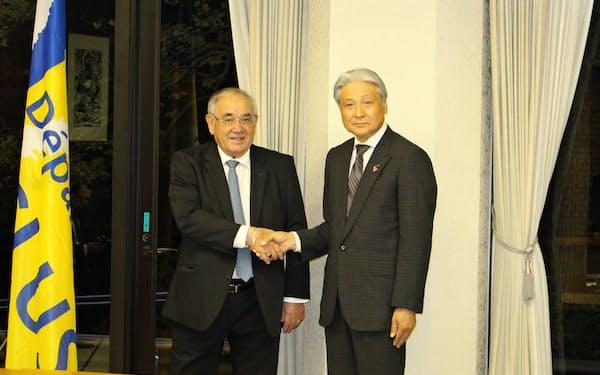 仏ヴォークリューズ県のシャベール議長(左)と会談する栃木県の福田知事