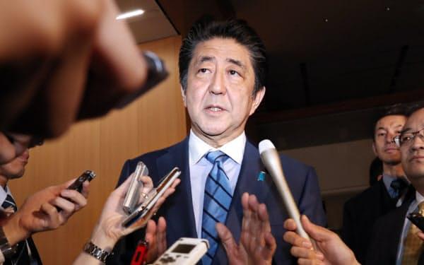 20年の「桜を見る会」中止について、記者の質問に答える安倍首相(13日、首相官邸)
