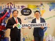 スペースマーケットの重松大輔CEO(右)とワタナベエンターテインメントの吉田正樹代表取締役会長