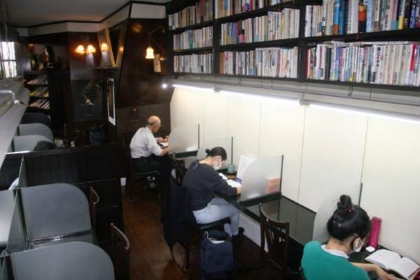 落ち着いた空間で、利用者は勉強をしたり読書をしたり思い思いに過ごす(京都市左京区の「私設圖書館」)