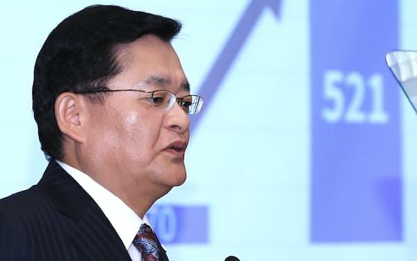 記者会見する東芝の車谷会長兼CEO(13日、東京都港区)