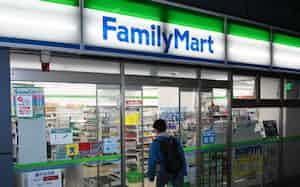 深夜営業するファミリーマートの店舗