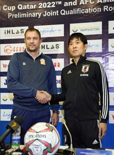 W杯アジア2次予選を前に、キルギスのクレスティニン監督(左)と握手を交わす森保監督(13日)=共同