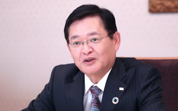 インタビューに答える東芝の車谷会長兼CEO(13日、東京都港区)