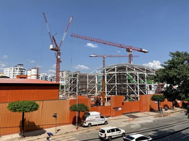 ミャンマーのヨマ・グループが開発中の商業施設の建設現場(10月、ヤンゴン)