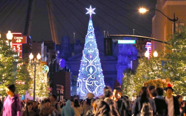 ライトアップされたユニバーサル・スタジオ・ジャパンの新しいクリスマスツリー(13日、大阪市此花区)=小幡真帆撮影