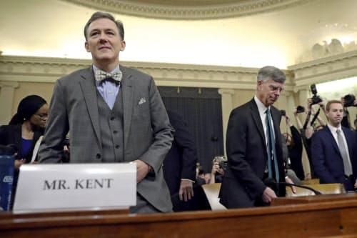 13日、米下院公聴会に出席するテーラー駐ウクライナ代理大使(右)とケント国務次官補代理=AP