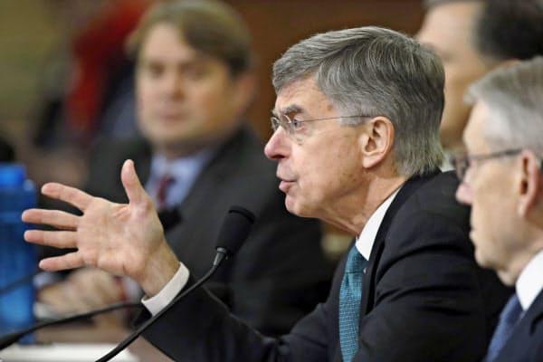 米議会下院の公聴会で証言するウィリアム・テーラー駐ウクライナ代理大使(13日、ワシントン)=AP