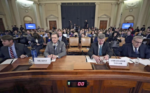 公聴会に臨むジョージ・ケント国務次官補代理(左)とウィリアム・テーラー駐ウクライナ代理大使(13日、ワシントン)=AP