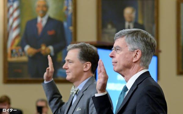13日、米下院情報特別委員会の公聴会で証言前に宣誓するテーラー駐ウクライナ代理大使(右)とケント国務次官補代理=ロイター