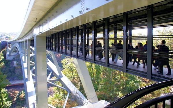 天龍峡大橋下部の歩道から眼下の広がる天龍峡を眺められる