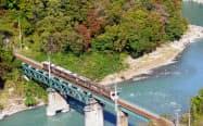 天龍峡大橋は鉄橋を渡るJR飯田線の眺望ポイントに(歩行者に開放された大橋の車道から撮影)