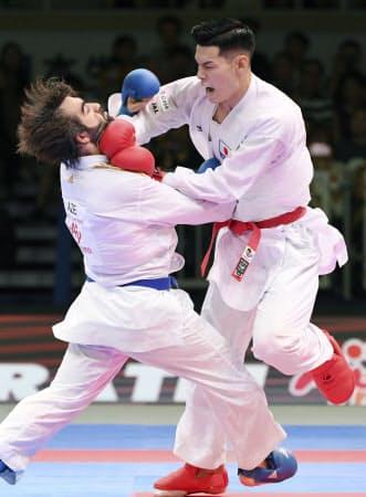 世界選手権5度優勝を誇るアガイエフ(左)には通算7勝1敗と圧倒している=共同