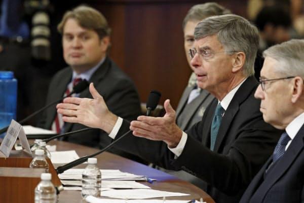 13日の米下院公聴会で証言するテーラー駐ウクライナ米代理大使(右から2番目)=AP