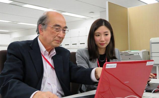 永田さん(右)は内田さん(左)から業務を教わることが多い(東京都新宿区の損害保険ジャパン日本興亜)