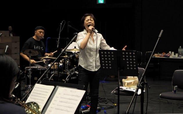 音楽リハーサルで歌う神野美伽(中央)=10月、大阪市