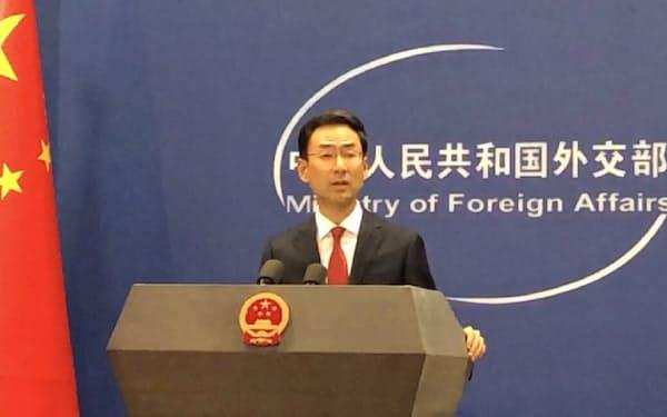 記者会見する中国外務省の耿爽副報道局長(8月19日、北京市)