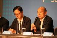 海外メディアと会見する国民党の韓国瑜氏(右)(14日、台北市)