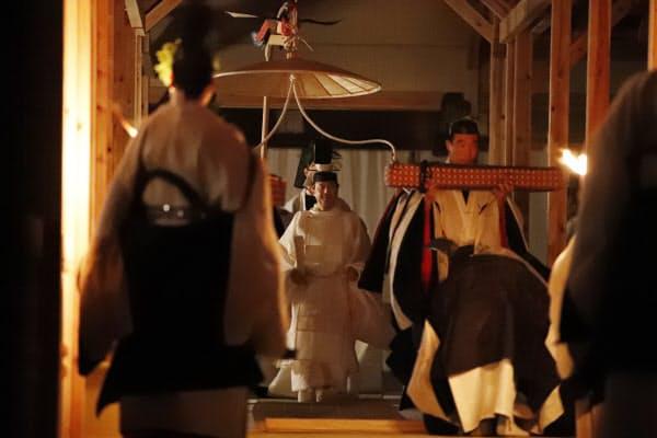 「悠紀殿供饌の儀」のため、祭服を着て大嘗宮の悠紀殿に向かう天皇陛下(14日、皇居・東御苑)=代表撮影