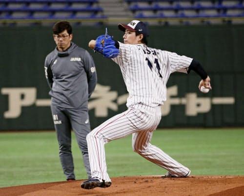 建山コーチが見守るなか、マウンドで投球練習する岸(14日、東京ドーム)=共同