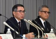 記者会見するスズキの鈴木俊宏社長(左)(5日、東京・大手町)