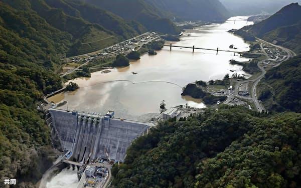 台風19号に伴う膨大な降水量を受け入れた八ツ場ダム(10月、群馬県長野原町)=共同通信社ヘリから